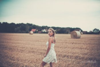 Fotoshooting mit Emma-Lina auf einem Feld bei Hordorf
